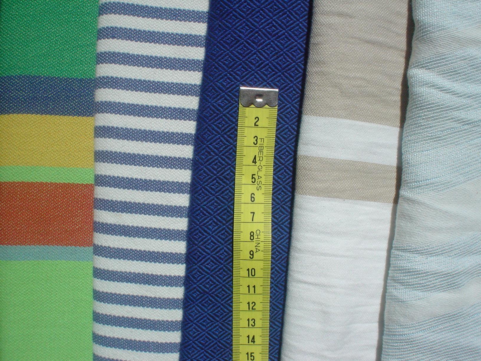 Comparativa de distintos tejidos de izquierda a derecha, sarga cruzada Didymos (rayas anchas tonos verdes), sarga cruzada Lana (rayas finas azules y