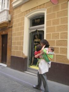 Los portabebés permiten atender a varios hijos a la vez