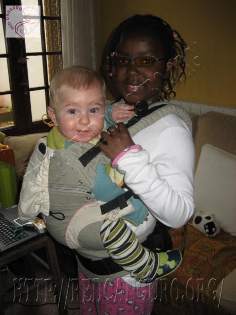 Eugénie fue portada por su madre biológica en paño africano y ahora ella disfruta lelvando a ratos a su hermano Bernat